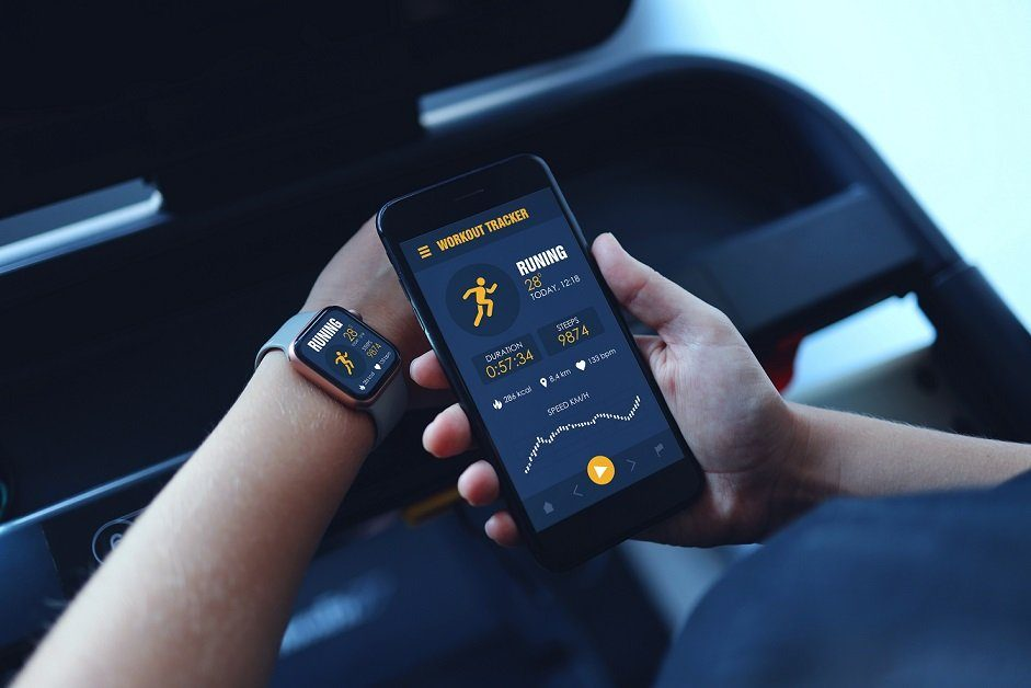 counting steps measure on smartwatch and smartphone running app